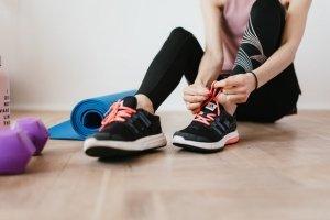 ejercicio en casa con buen equipamiento y Artiseid Dinamila Woman